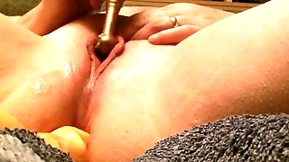 Rusty plays with her lippy pussy on her bed